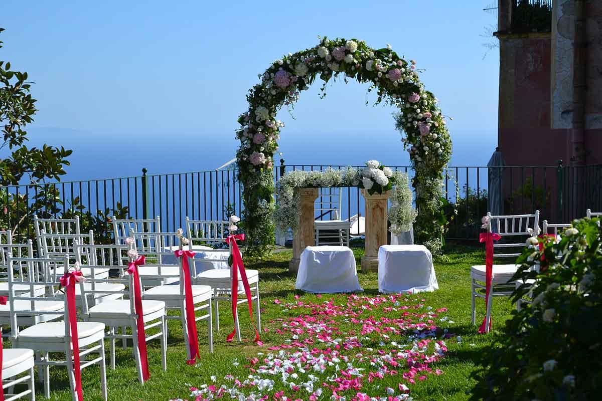 Sogni un matrimonio bohémien, ma nello stesso tempo elegantissimo e magico? Organizzalo in giardino!